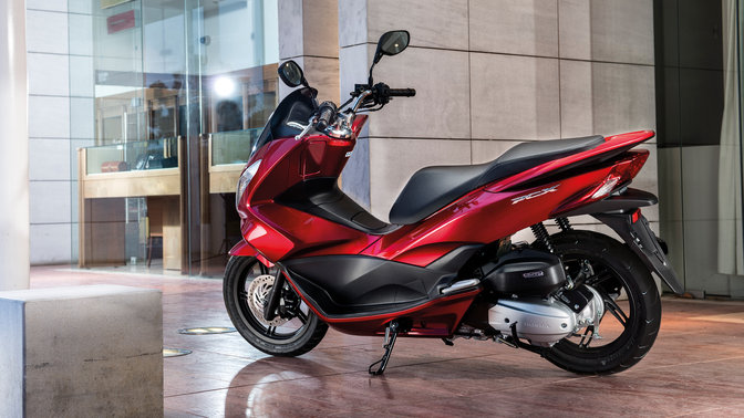 Honda-Scooter-PCX150-Location-Pearl Siena Red-Geparkt