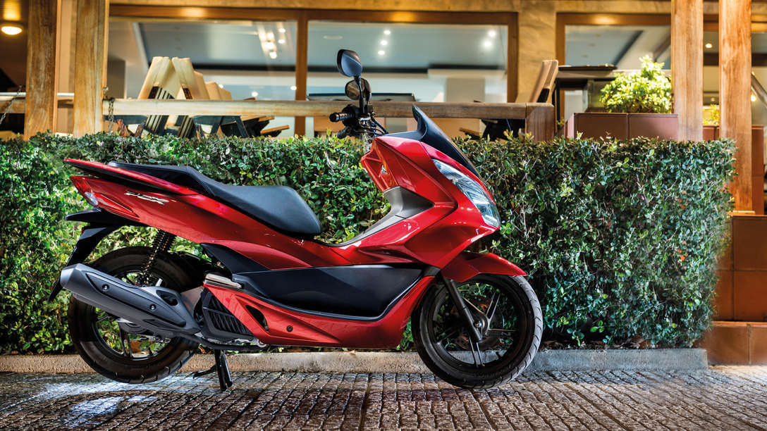 Honda-Scooter-PCX125-Location-Pearl Siena Red-Geparkt